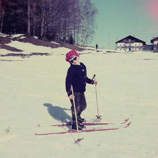 kinderskier, kniebundlederhose, lederhose, schnee, Skifahren, sonnenbrille, urlaub, winter