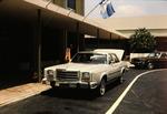 Auto vor einem Hotel