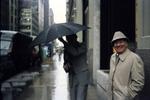 Zwei Männer stehen im Regen
