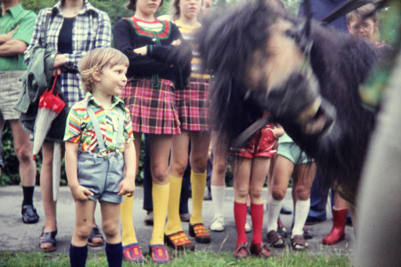Gummistiefel, hosenträger, Kindermode, Kniestrümpfe, lustig, minirock, mode, Pferd, photobombing, pony, regenschirm, sandalen