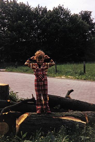 Baumstamm, Kindheit, Latzhose, mode, wiese