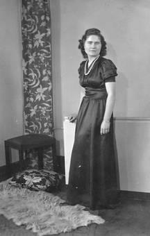 Eine Frau im Kleid