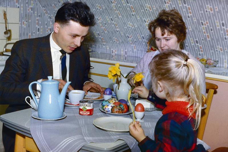bunt, frau, frühstück, Frühstückstisch, glücksklee, kind, Kondensmilch, mädchen, mann, Mutter, Ostereier, Osterglocken, Ostern, vater