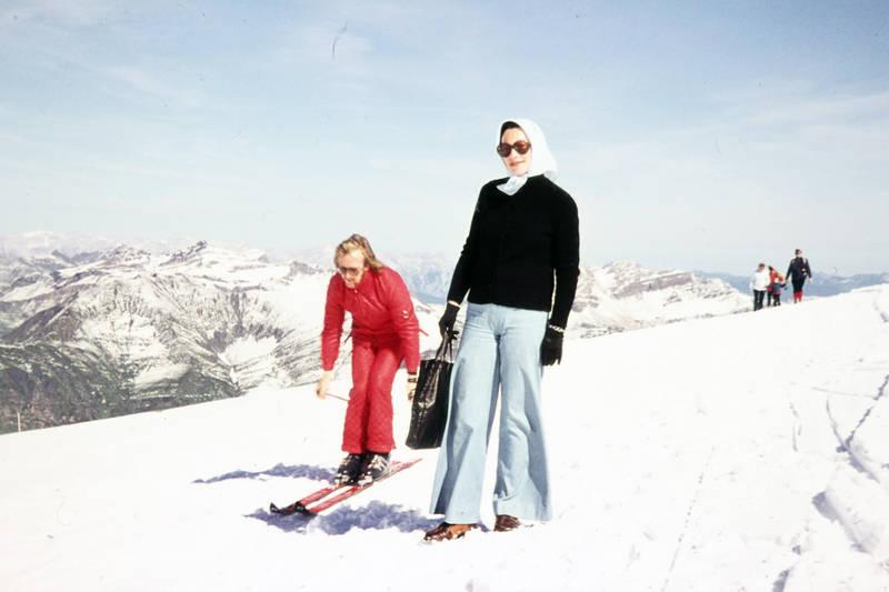 Handtasche, Kopftuch, mode, schlaghose, schnee, skianzug, skier, Skifahren, skikleidung, sonnenbrille, spaziergang, winter
