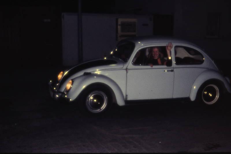 abfahrt, auto, autofahrt, dunkelheit, nacht, urlaub, vw, VW Käfer, Winken