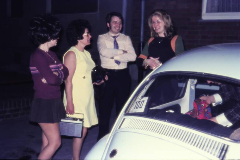 abend, ankunft, auto, autofahrt, dunkelheit, frisur, minirock, mode, Radio, vw, VW Käfer