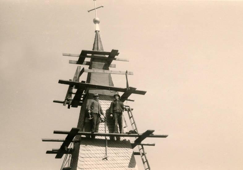 arbeit, Arbeiter, baugerüst, Dachdecker, kirche, Naturschiefer, Neueindeckung, Ostturm, Pfarrkirche, Sankt Gertrud, St. Gertrud, turm