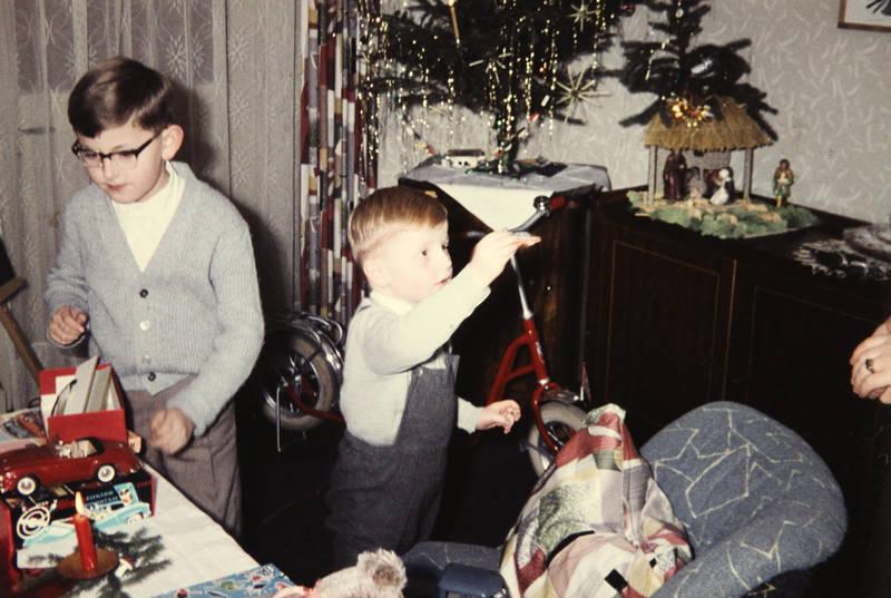 geschenk, Kindheit, Krippe, Modellauto, Roller, Tannenbaum, Tretroller, Weihnachten, Weihnachtsbaum, Weihnachtsgeschenk
