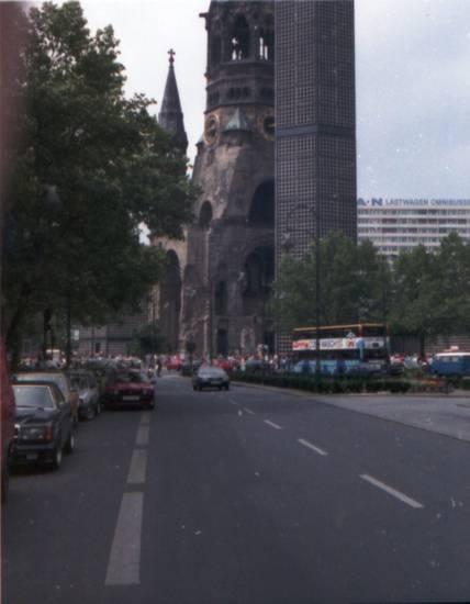 auto, berlin, Gedächtniskirche, Hohler Zahn, Kaiser-Wilhelm-Gedächtniskirche, KFZ, kirche, Lastwagen, man, omnibusse, PKW, Reisebus