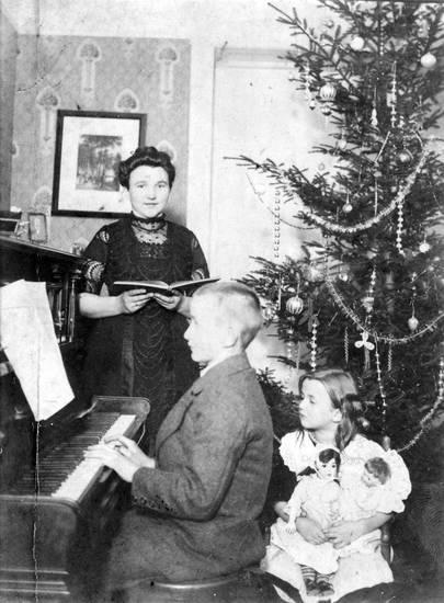Bruder, Buch, familie, Gesangbuch, Kindheit, klavier, Mutter, puppe, Schwester, Singen, sohn, töchter, Weihnachten, Weihnachtsbaum