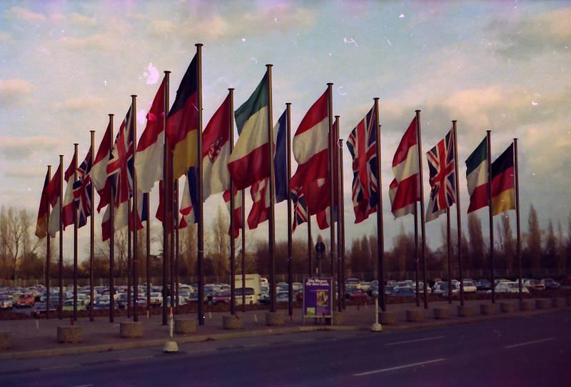fahne, fahnenmast, KFZ, Messe, Messegelände, Parkplatz, PKW