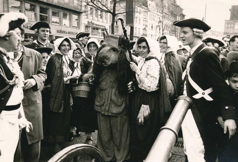 Aachen, Fasching, Friedrich-Wilhelm-Platz, infanterie, Kanone, karneval, Kostüm, Maatwiever, Marktfrauen, Marktweiber, Marktwiever, maske, Oecher-Penn, Teufel, verkleidung