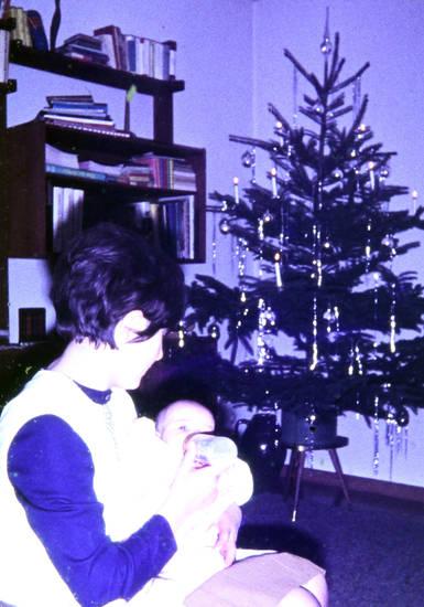 baby, Flasche, füttern, Lametta, Mutter, Weihnachten, Weihnachtsbaum
