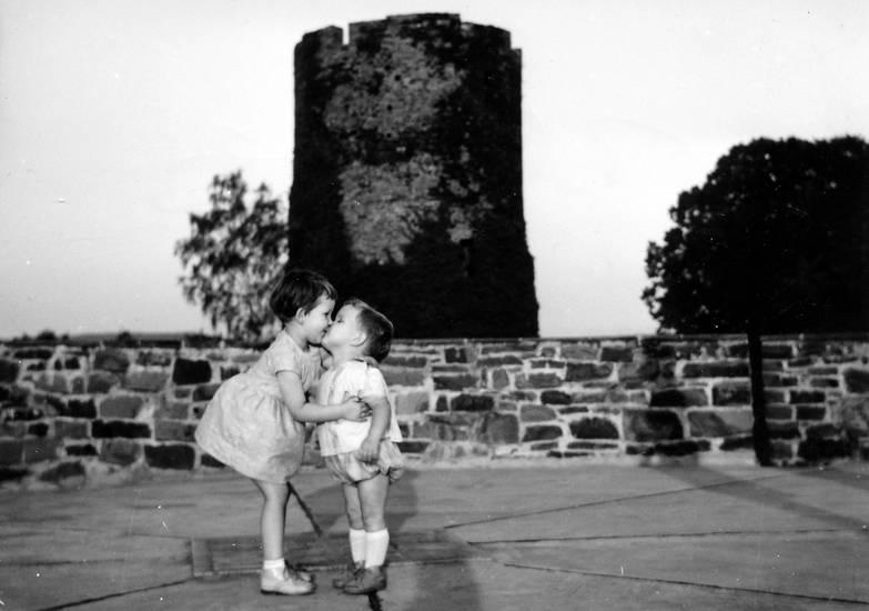burg, Burg Blankenberg, burgturm, junge, Kindheit, kleinkind, kuss, mädchen, nachlass jürgen, Terrasse