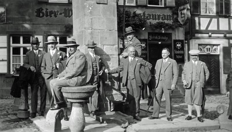 Altbier, anzug, Bier, Brauerei, Düsseldorf, Gaststätte, gruppe, herren, hut, kneipe, Knickerbocker, lokal, Männer, Männerrunde, rauchen, schwabenbräu, Zigarre