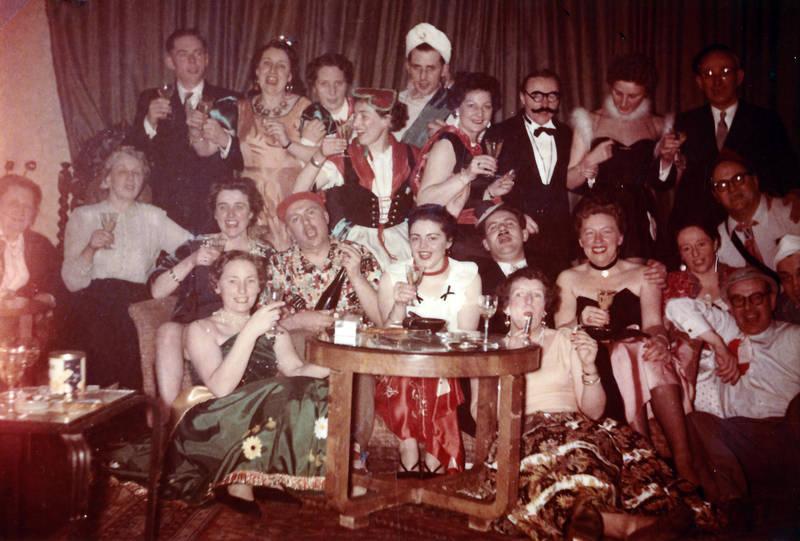 alkohol, Fasching, feier, Feiern, fröhlich, jeck, karneval, Karnevalsfeier, lachen, party, trinken, verkleiden, verkleidung, wohnzimmer