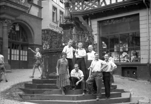 Am Brunnen auf dem Marktplatz