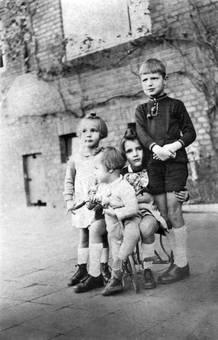 Vier Kinder, ein Dreirad