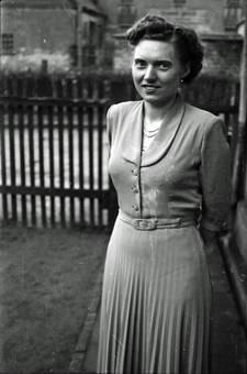 Junge Frau mit Faltenrock