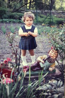 Kind und Gartenzwerg