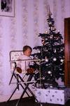 Kinderstuhl am Weihnachtsbaum