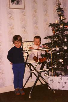 Kinder am Weihnachtsbaum