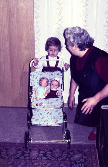 Großmutter, puppe, Puppenwagen, trägerrock