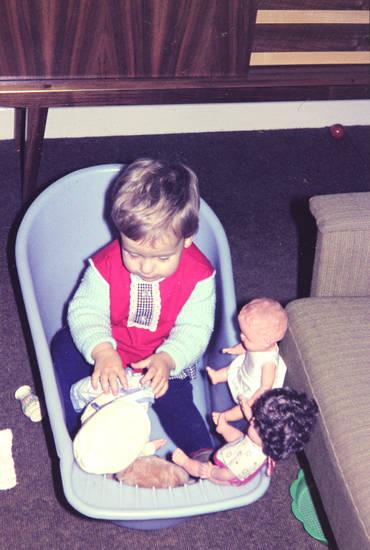Kindheit, mode, Plastikwanne, Pullover, puppe, puppen, puppenspiel, sessel, Sieb, spielen, Spielzeug, wanne