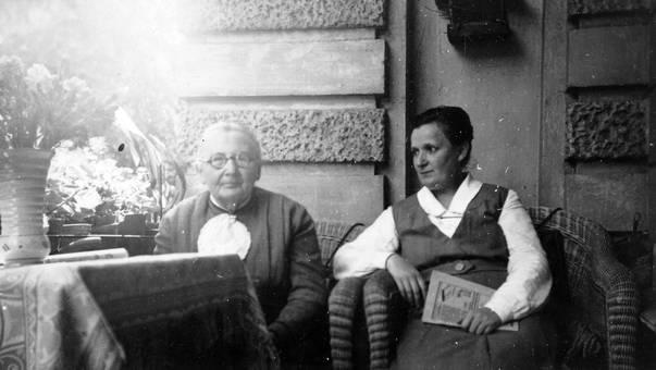 Frauen in Korbstühlen