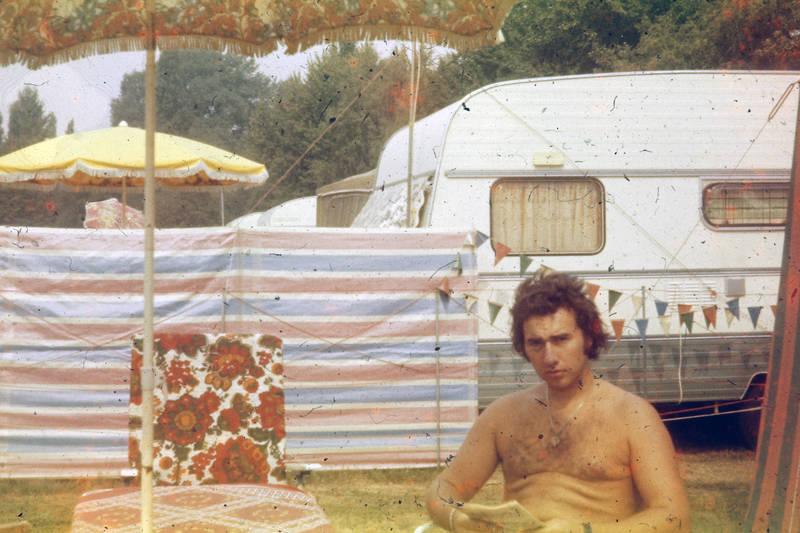 campen, Campingplatz, campingstuhl, Sonnenschirm, urlaub, Wohnwagen, Zeitschrift