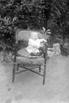 Kleinkind auf Stuhl