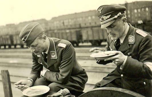 Soldaten beim Essen