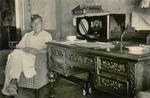 Soldat vor einem Radio