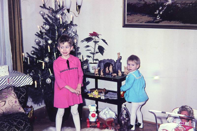 christbaum, christbaumkugel, geschenk, Geschwister, kinderwagen, kleid, Krippe, puppe, Schwester, Weihnachten, Weihnachtsbaum
