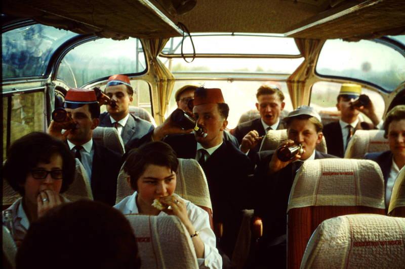 ausflug, Bier, bierflasche, Bügelflasche, bus, Butterbrot, fahrt, Flasche, hut, kopfbedeckung, Männergruppe, panorama-bus, Prost, reise, Reisebus, trinken, verein
