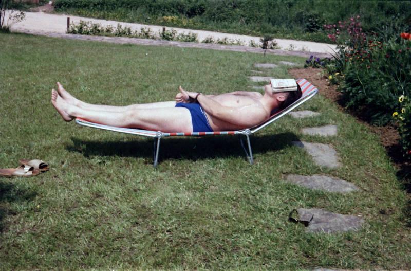 badehose, Buch, entspannung, garten, liege, Rasen, schlafen, Sommer, sonnen, sonnenbrille, wiese