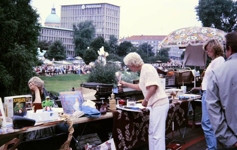 Flohmarkt, Kerze, Koffer, pokal, preussag, schirm, Sonnenschirm, tisch, trödel, trödelmarkt, verkäufer