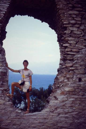 Alpen, Aussicht, Gardasee, Italien, Kamera, kurzhaarfrisur, Lago di Garda, mauer, Pinien, römische Ausgrabung, Ruine, sandalen, T-Shirt, touristin, urlaub