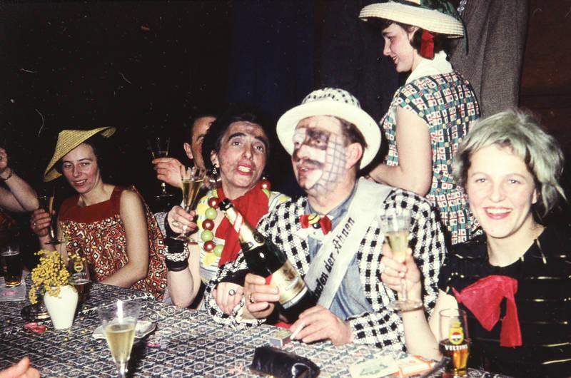 Bier, feier, hut, karneval, Karnevalsfeier, Karnevalsgesellschaft, karnevalsverein, klakag, Kleine Arnsberger Karnevalsgesellschaft e.V, Kostüm, Sekt, Veltins, verkleidung