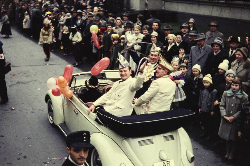 auto, BAllon, cabrio, Cabriolet, karneval, Karnevalsfeier, Karnevalsgesellschaft, karnevalsverein, Karnevalswagen, KFZ, klakag, Kleine Arnsberger Karnevalsgesellschaft e.V, Kostüm, Luftballon, PKW, Umzug, verkleidung, vw, VW Käfer, Zuschauer