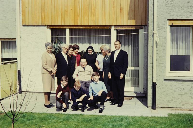Bruder, Ehefrau, Ehemann, Enkel, familie, feier, Großmutter, Großvater, Kommunion, Mutter, nonne, sohn, vater