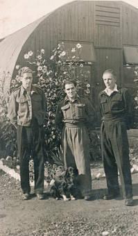 Drei Männer und ein Hund