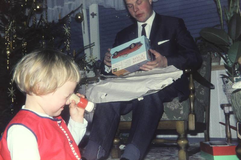 christbaum, geschenk, Jaguar E Type, Kindermode, Krawatte, Modellauto, Tannenbaum, Weihnachten, Weihnachtsbaum, Weihnachtsgeschenk