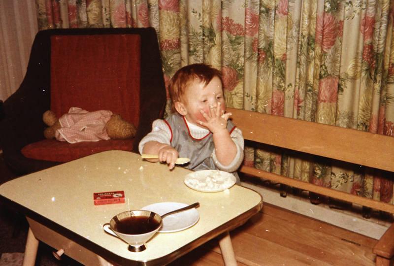 Bank, essen, kleinkind, Plastiklöffel, puppe, Sammeltasse, sessel, tasse, Teddybär, teller, tisch