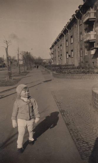 Beethovenpark, Bürgersteig, Gamaschen, handschuhe, kind, Kindheit, köln, Köln-Sülz, mietshaus, winter