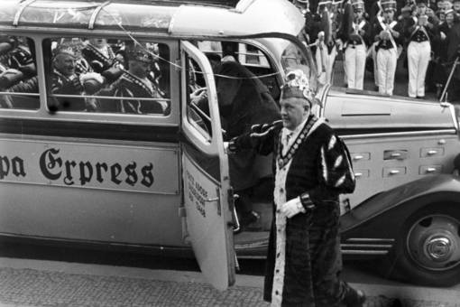 Karnevalswürdenträger im Bus
