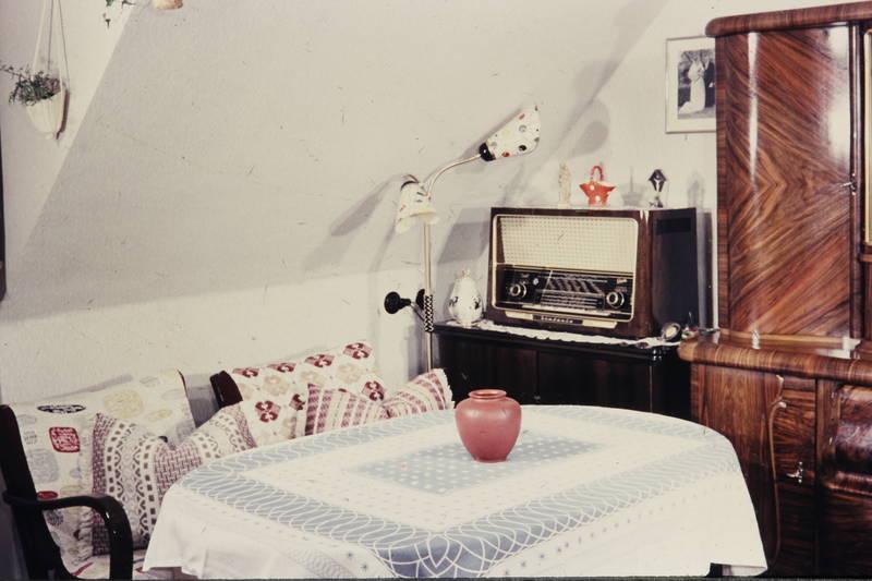 Deko, Dekoration, hochzeitsfoto, kissen, kommode, lampe, Möbel, Radio, Röhrenradio, schrank, sessel, Sofakissen, stehlampe, tisch, Vase