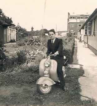 Mann mit Roller