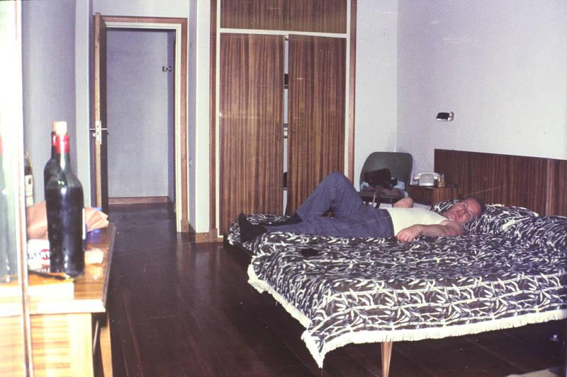 bett, Hotelzimmer, müde, reise, schrank, Spanien, telefon, urlaub, Weinflasche