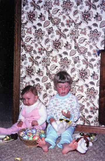 Geschwister, Kindheit, Naschen, oster, osternest, Schlafanzug, Schokolade, süßes, Süßigkeit
